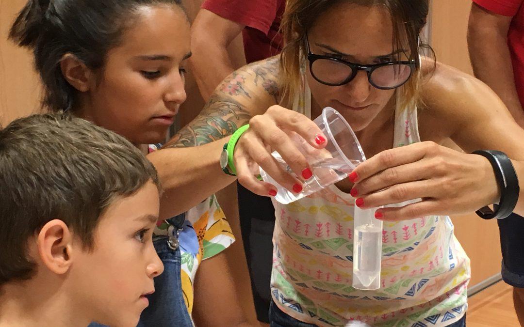 Mayores y pequeños experimentan con la ciencia y la biomedicina en la primera jornada investIACS